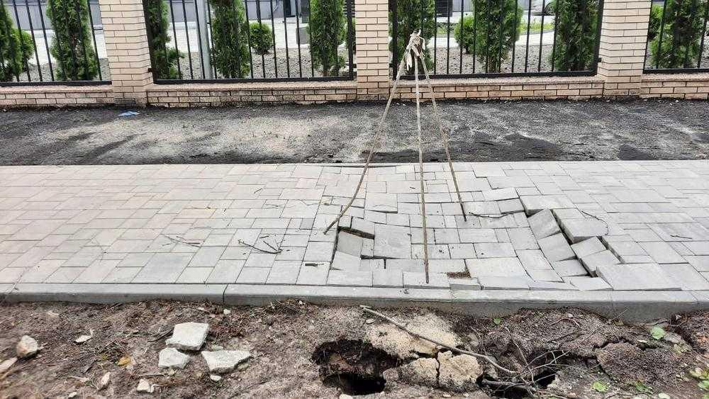 В Брянске возле проспекта Станке Димитрова провалился новый тротуар