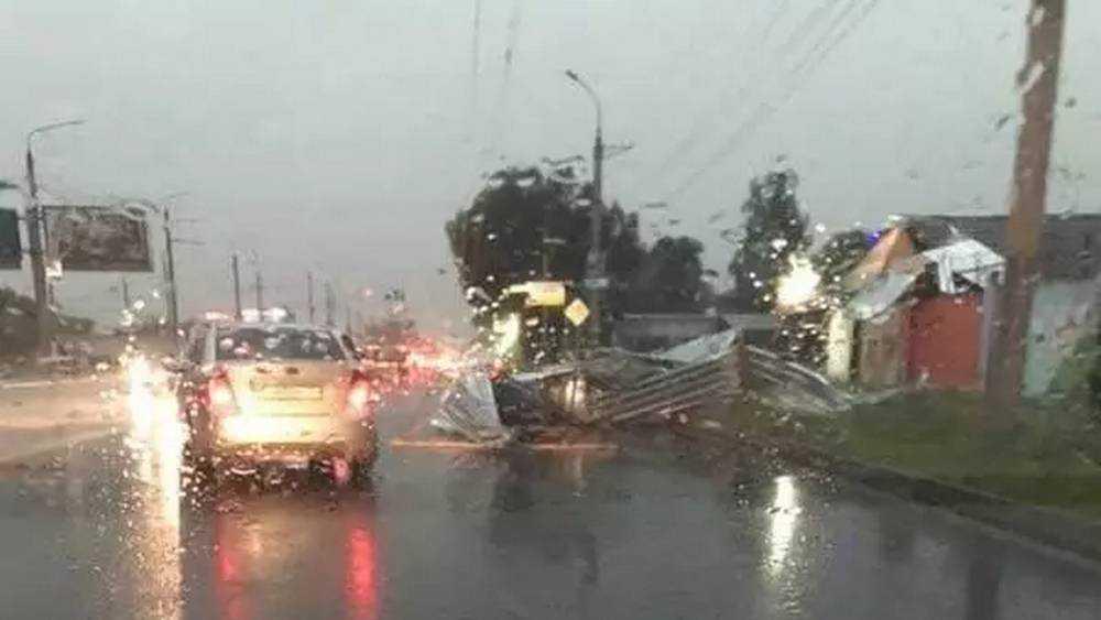 В Брянске на улице Литейной ураганный ветер сорвал с дома крышу