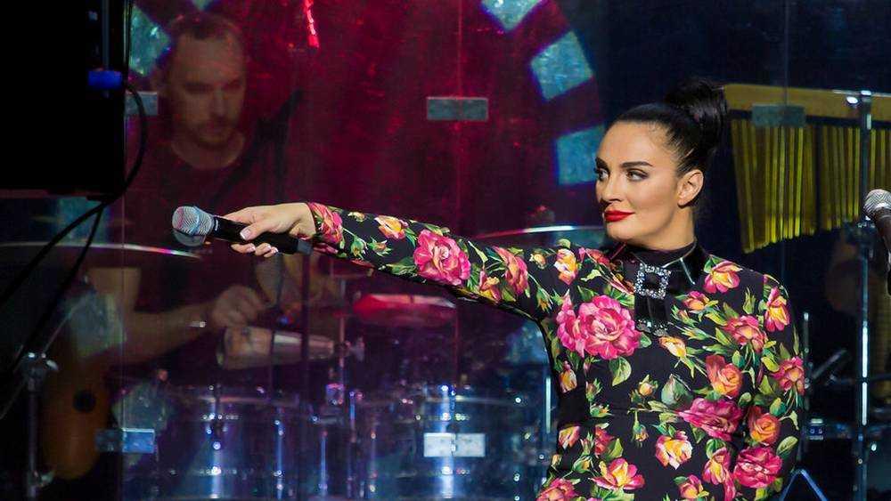 На концерте в Брянске певица Елена Ваенга спела песню «Бабкиных внуков»