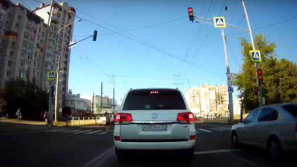 В Брянске водителя Land Cruiser с блатным номером 003 обвинили в нарушениях