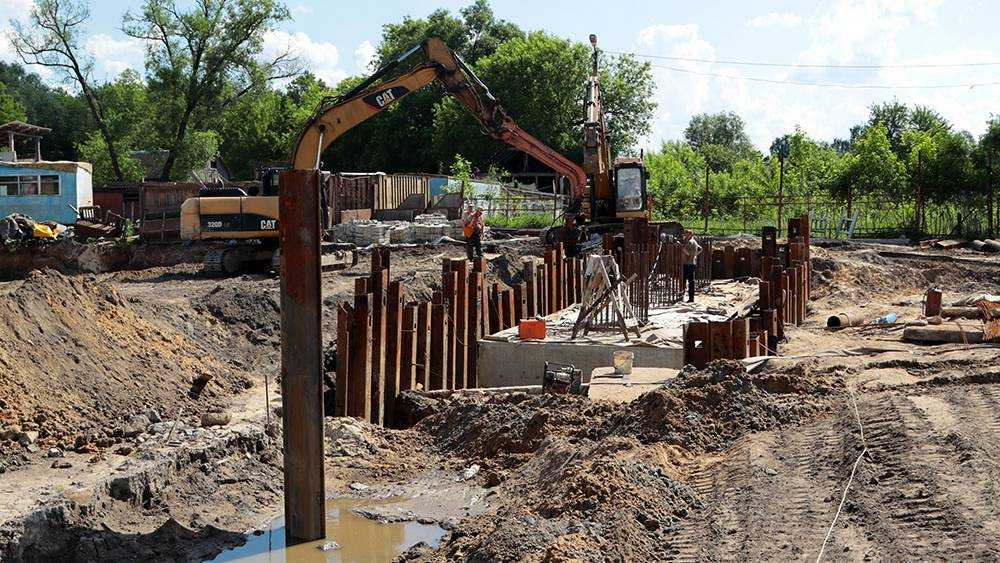 В Брянске строители моста на набережной забили сваи под четыре опоры