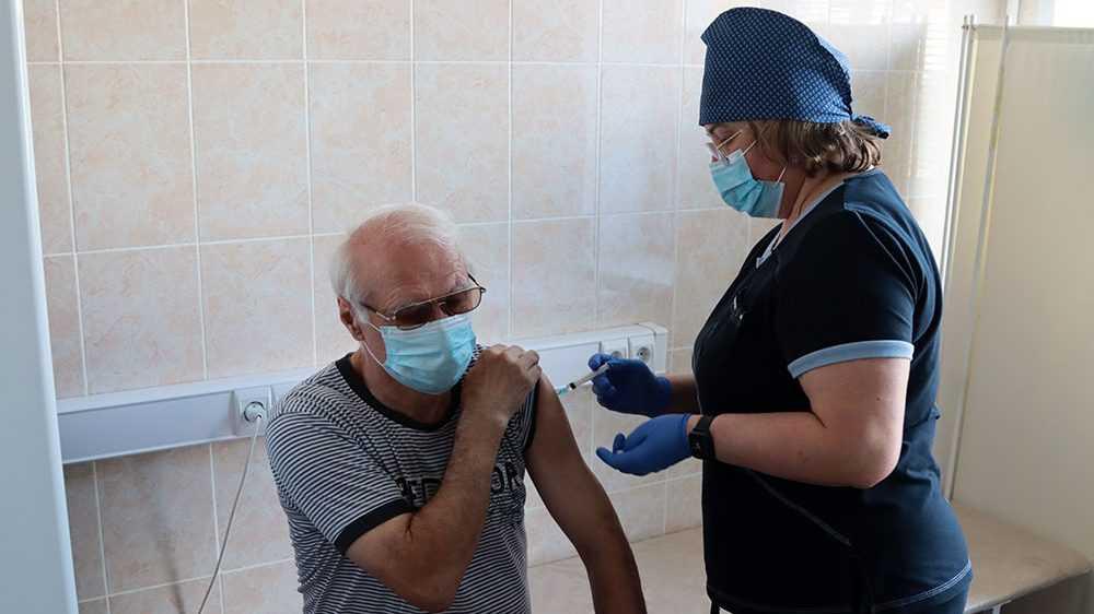 Брянцам напомнили о правилах вакцинации людей старшего поколения
