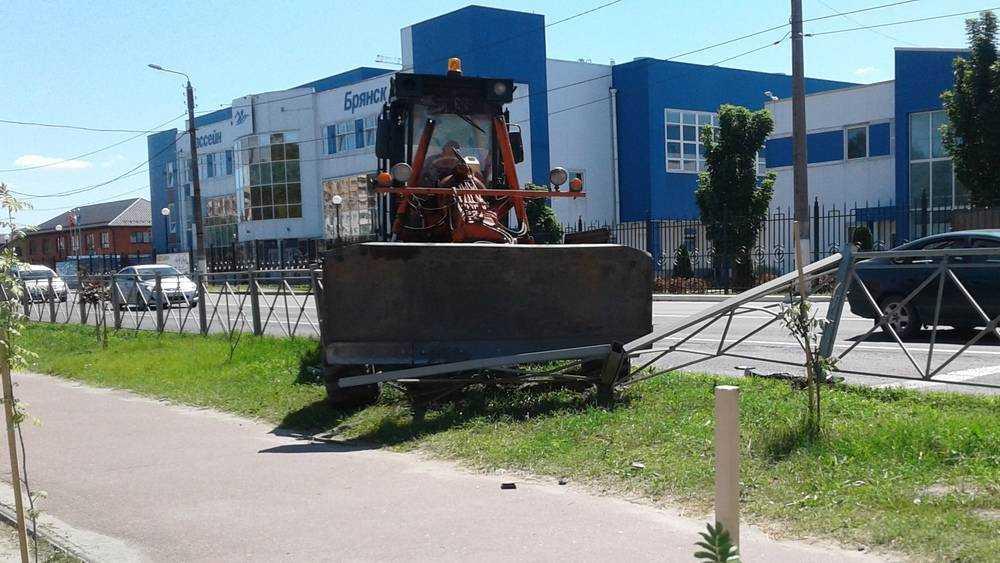 В Брянске возле Ледового дворца грейдер сокрушил легковушку