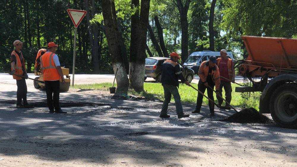 В Брянске дорожники героически продолжили ямочный ремонт в 33-градусную жару