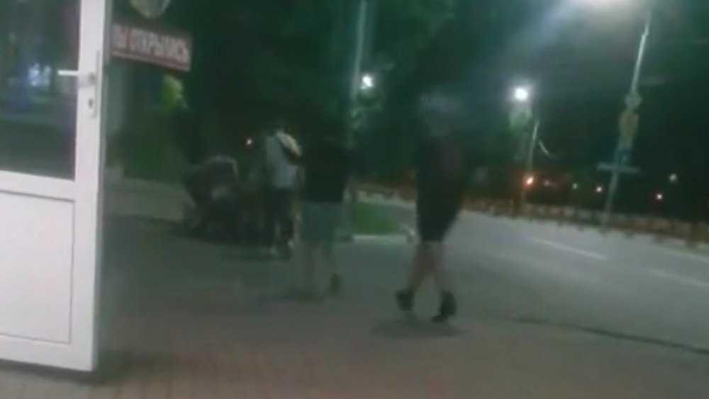 В Брянске ночью на улице Дуки сняли видео массовой драки молодежи