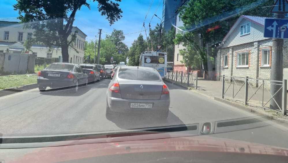 В Брянске на улице Урицкого образовалась пробка из-за троллейбусов