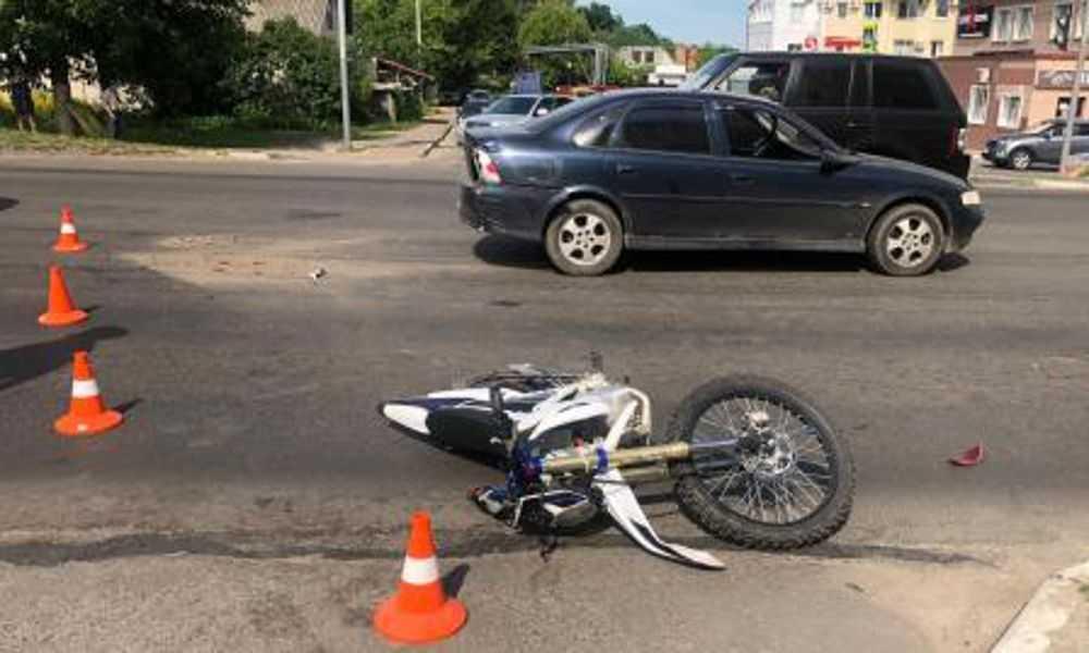 Попавший в ДТП в центре Брянска мотоциклист сломал ногу