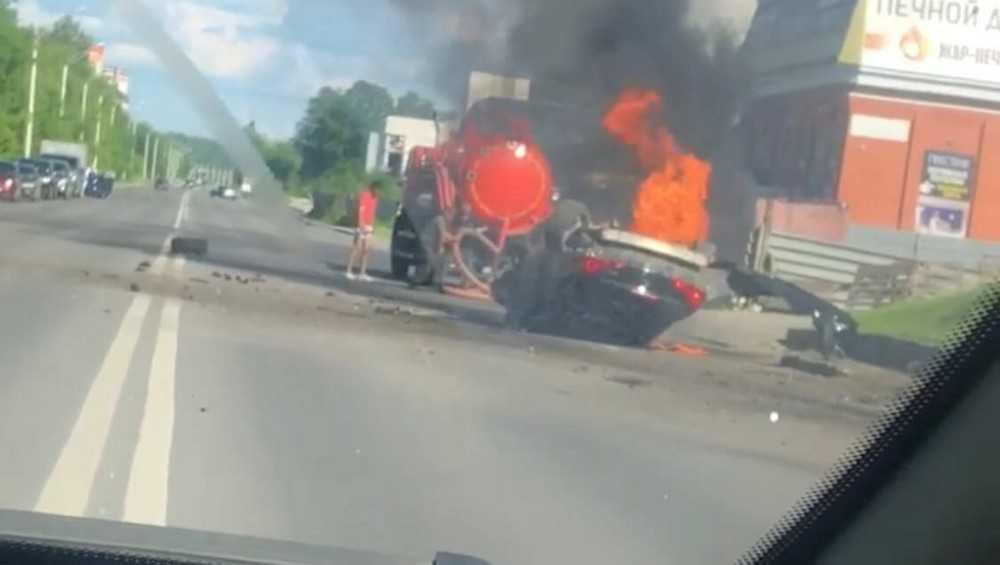 В Брянске после страшного ДТП на Флотской загорелась легковушка
