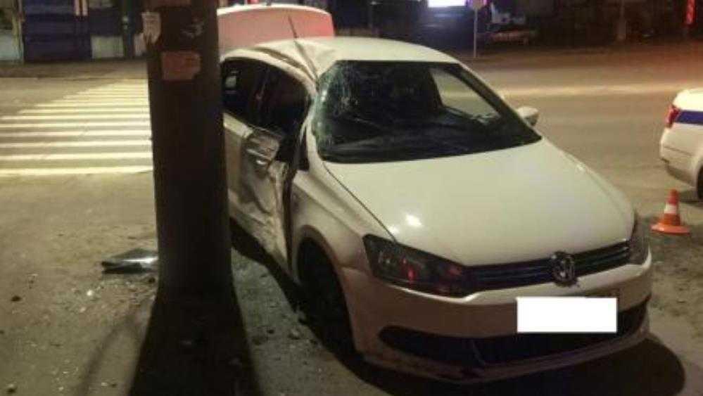 В Брянске Volkswagen протаранил иномарку и столб – ранены три человека