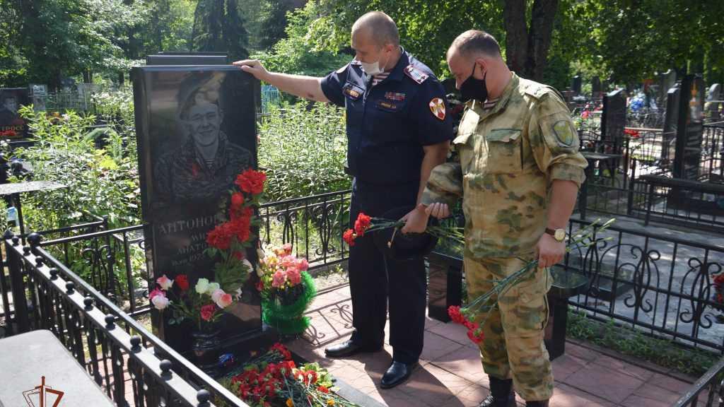 В Брянске сотрудники Росгвардии почтили память боевых товарищей
