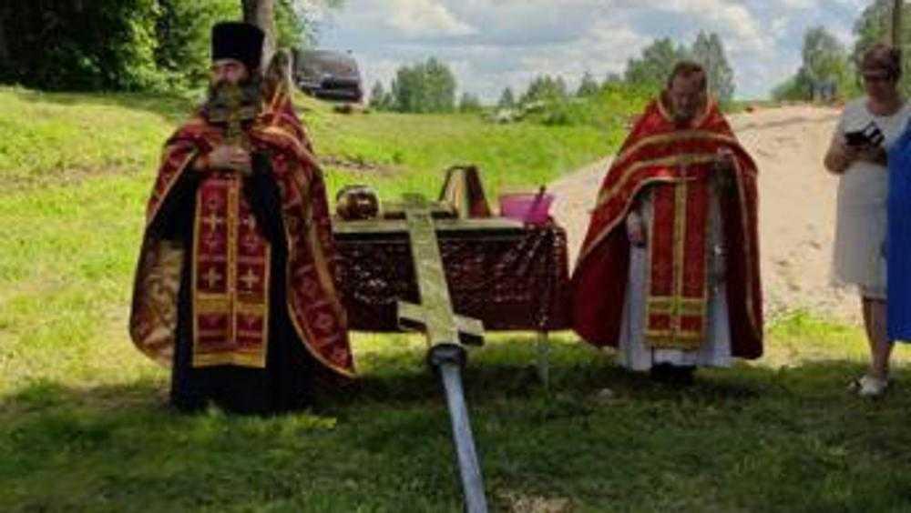 Под Брянском освященный крест установили на купол возрождаемого храма