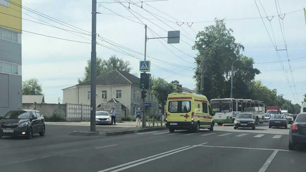Возле ТРЦ Тимошковых в Брянске произошла авария с участием мотоциклиста