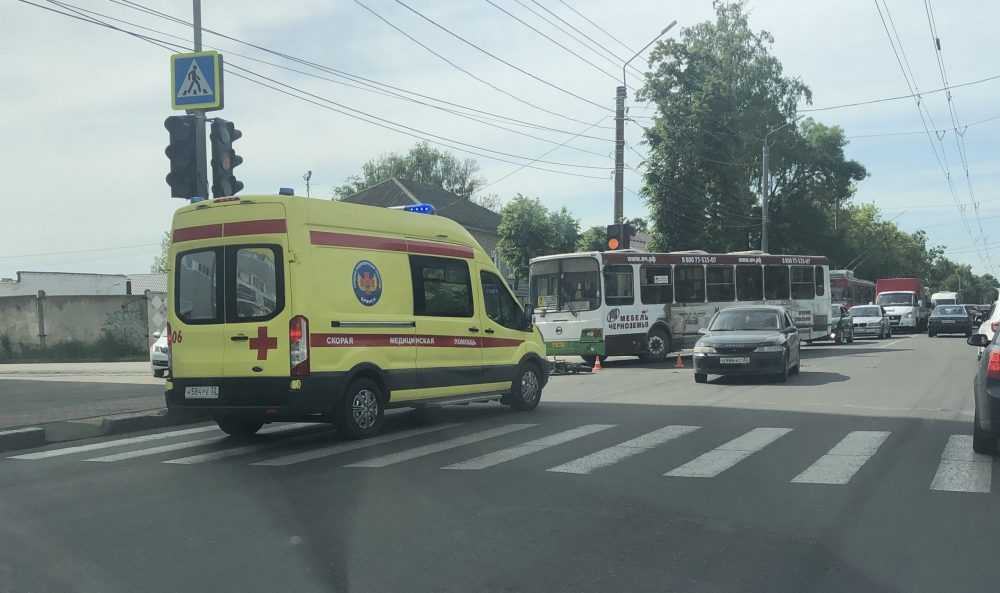 В центре Брянска произошла авария с участием автобуса и мотоцикла