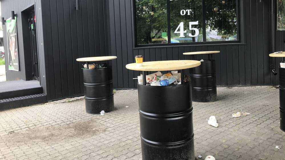 В Брянске черное кафе с бочками засыпали мусором цивилизации