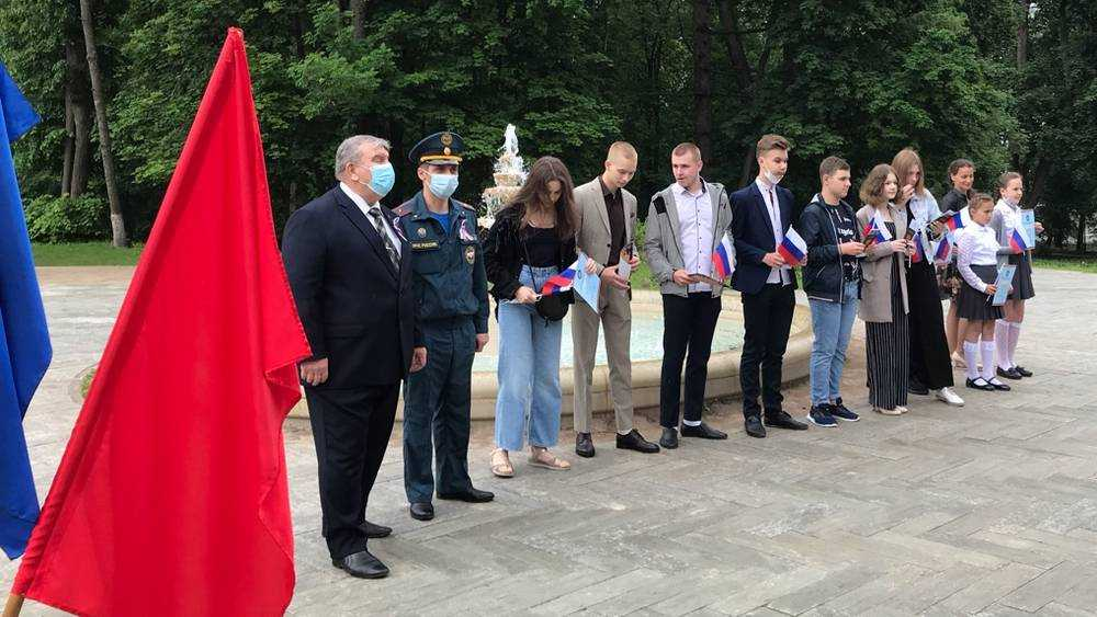 В парке усадьбы Михаила Романова юным жителям Локтя вручили паспорта