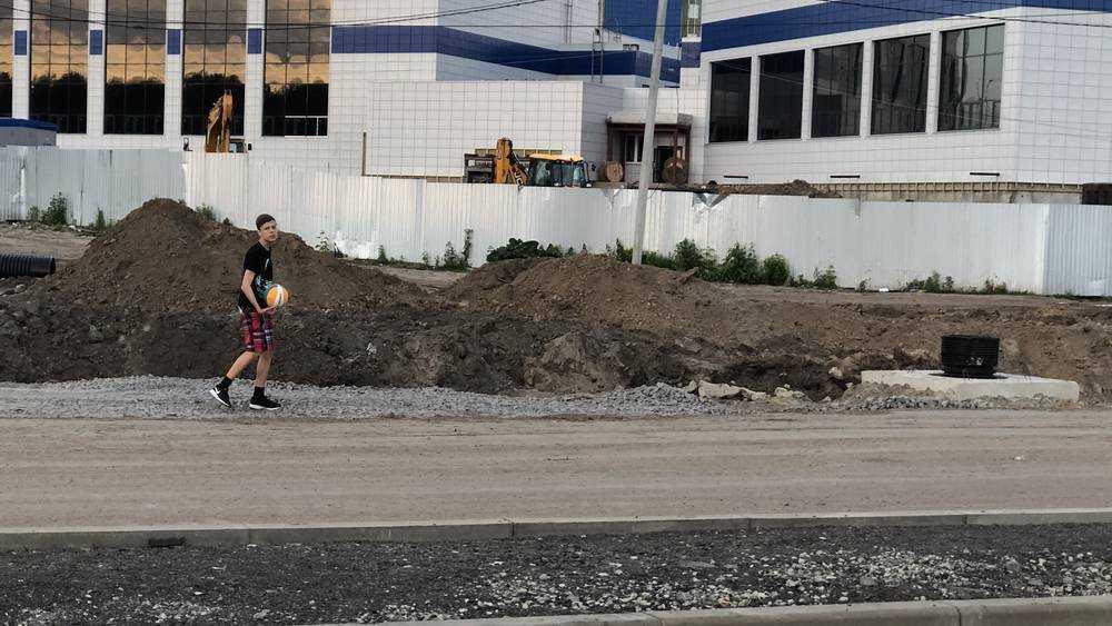 Брянские дети за неимением спортплощадок во дворах стали играть на дороге