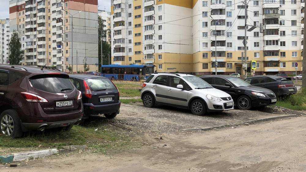 В Брянске на улице Романа Брянского автомобилисты уничтожили газоны