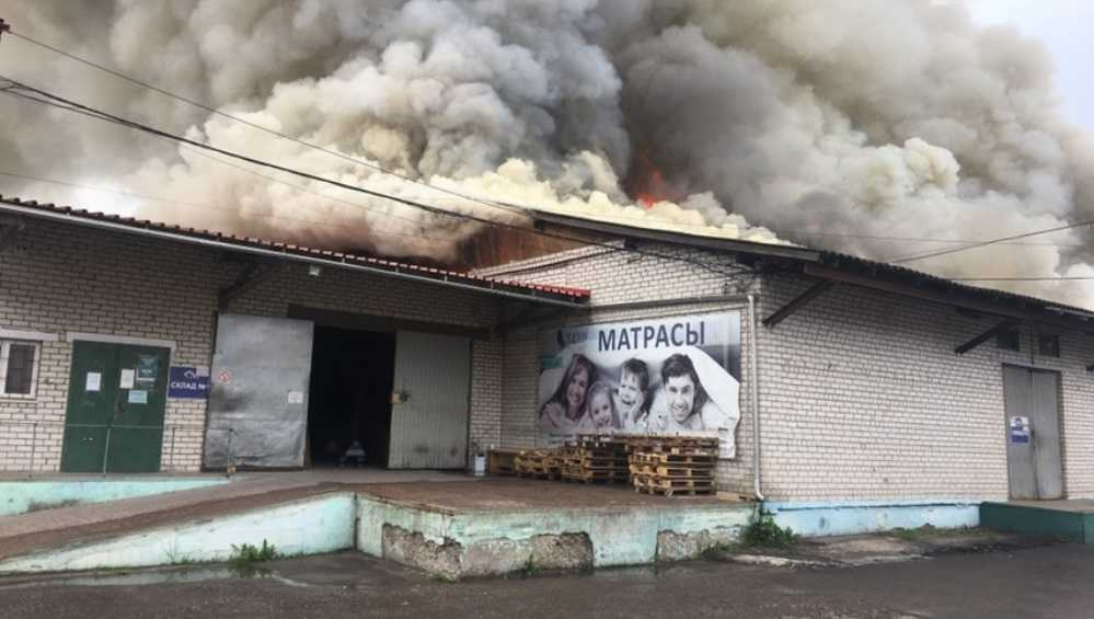 В Брянске произошел пожар на мебельном складе магазина «Меркурий»
