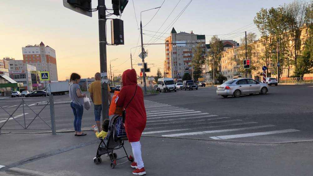 В Брянске восточная женщина ринулась с детской коляской под автомобиль