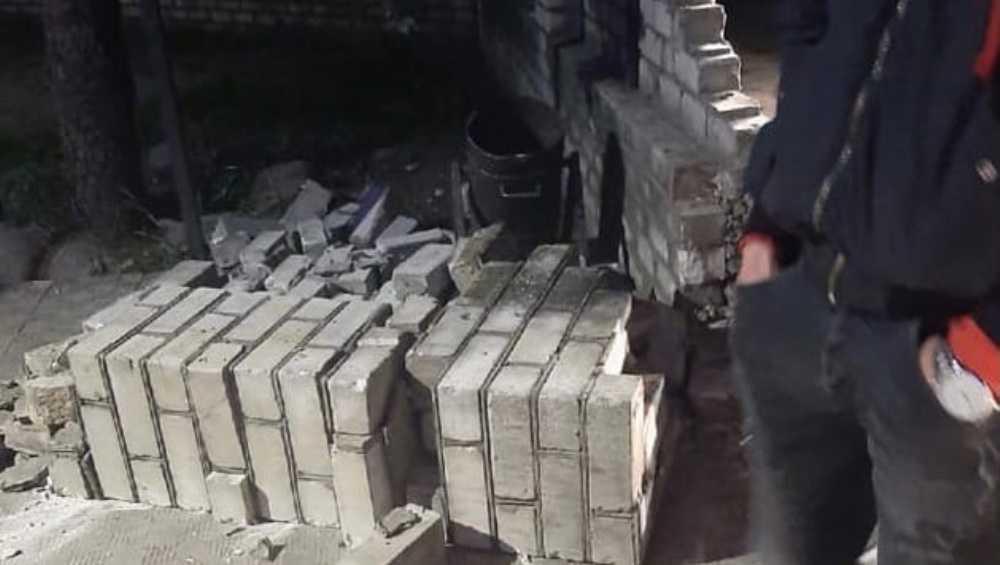 В Навле водитель автомобиля разрушил забор у бара и построил новый