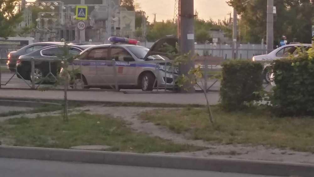 В Брянске полицейский автомобиль врезался в столб