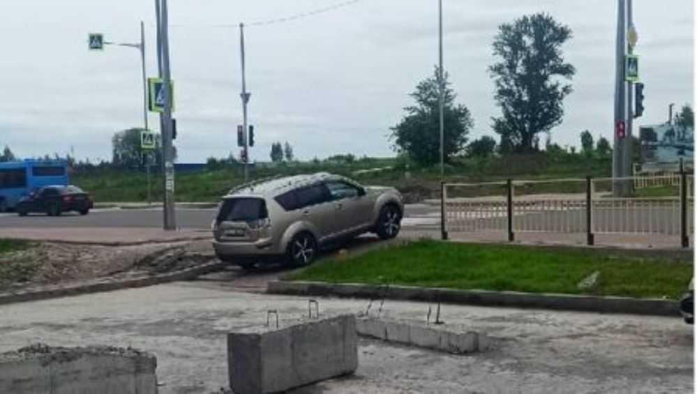 В Брянске проехавшего по тротуару водителя оштрафовали на 2000 рублей