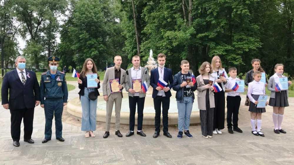 В Локте Брянской области подростков наградили за спасение мужчины при пожаре