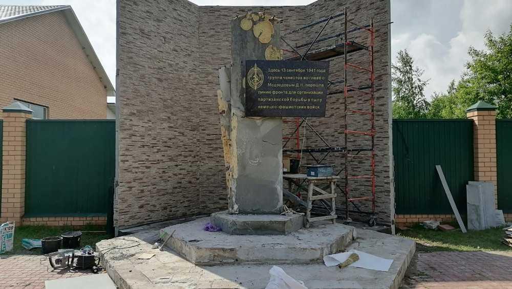 На усадьбе дочери главы «Брянспиво» Гринкевича забором разрезали памятник чекистам