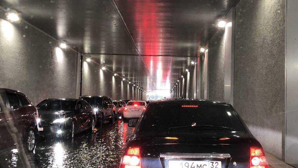 В Брянске водители спасли свои машины от крупного града в тоннеле «Аэропарка»