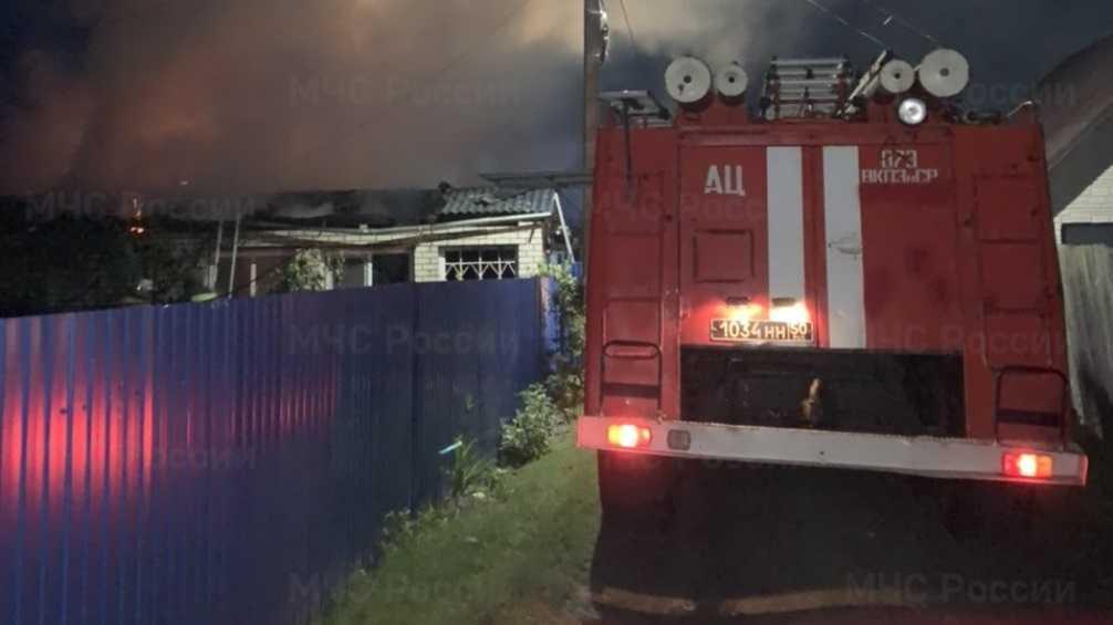 В Жуковке Брянской области спасатели за восемь часов потушили горевший дом