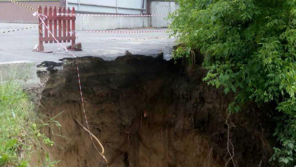 В Брянске на улице Фокина образовался провал глубиной более 10 метров