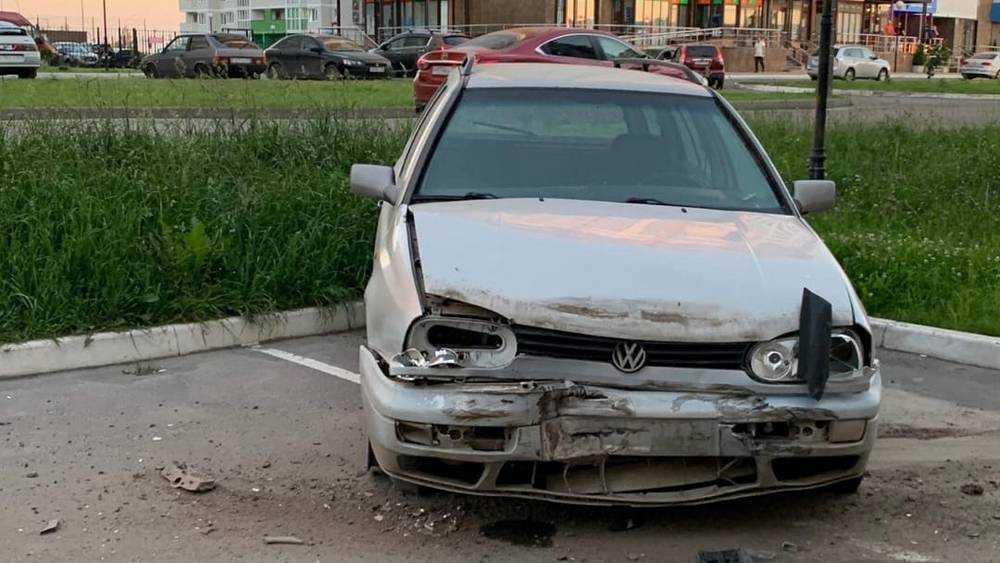 В Брянске разбушевавшийся мужчина разбил на стоянке три автомобиля