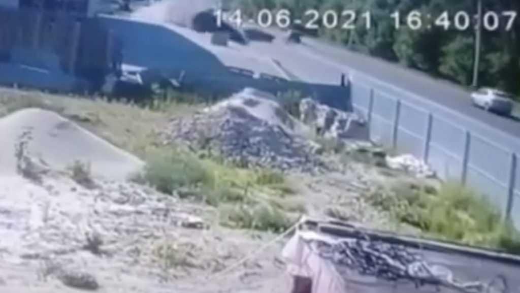 В сети появилось видеозапись массового ДТП в Брянске с двумя пострадавшими