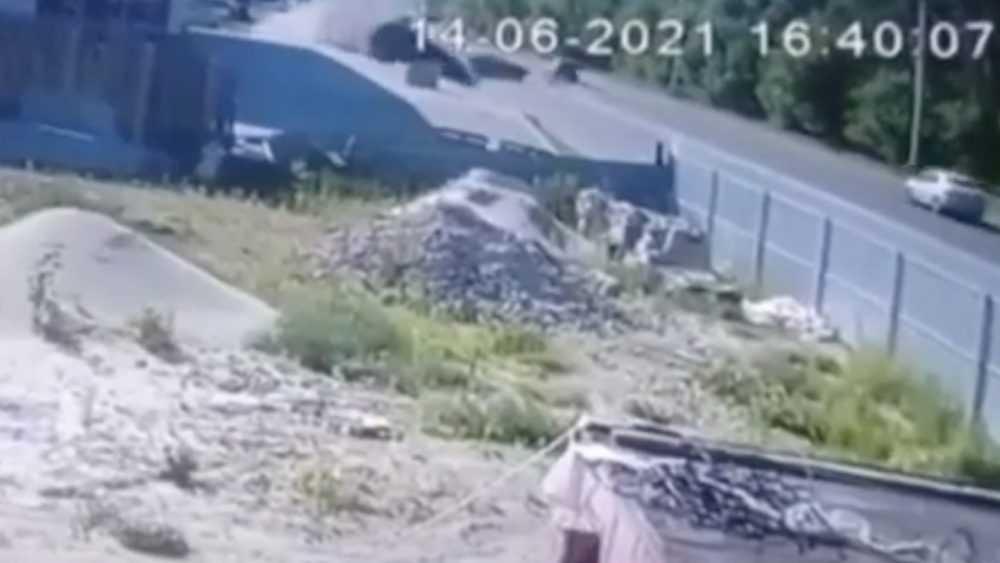 В сети появилось видеозапись жуткой аварии в Брянске с 2 пострадавшими
