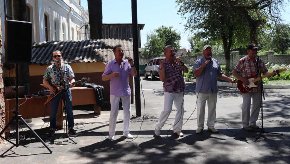 Брянским медикам к празднику подарили 40 тысяч масок и концерт «Стожаров»