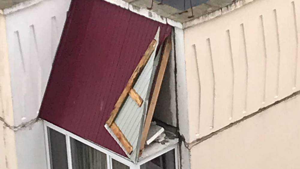 Ураганный ветер снес часть кровли с дома на улице Романа Брянского
