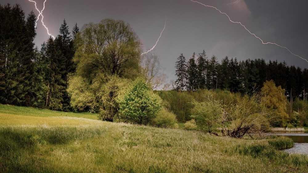 Женщину убила молния во время грозы