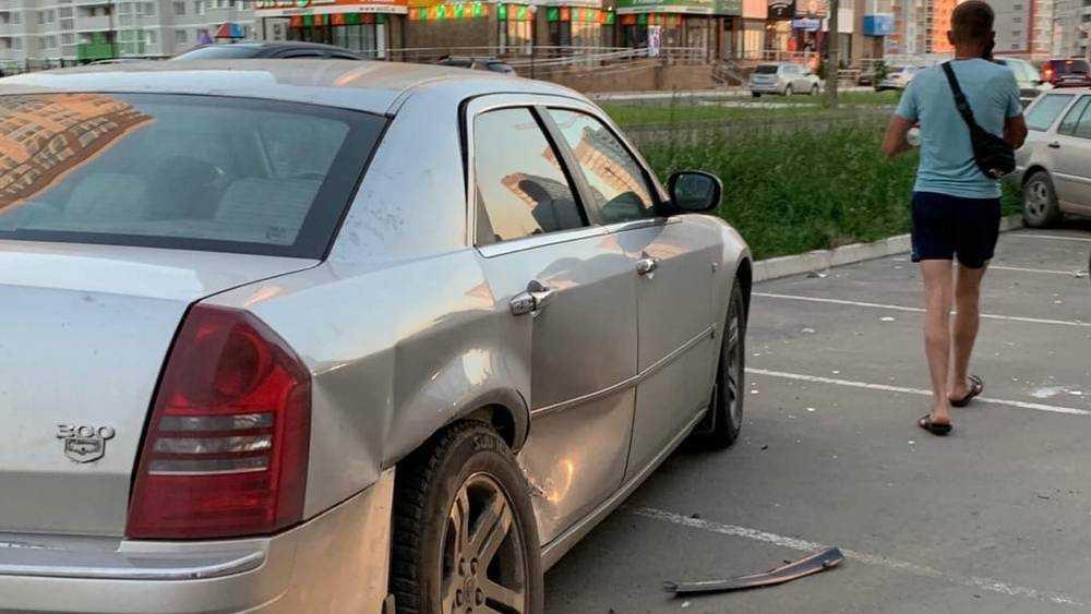 В Брянске разбушевавшийся мужчина разбил три легковых автомобиля на стоянке