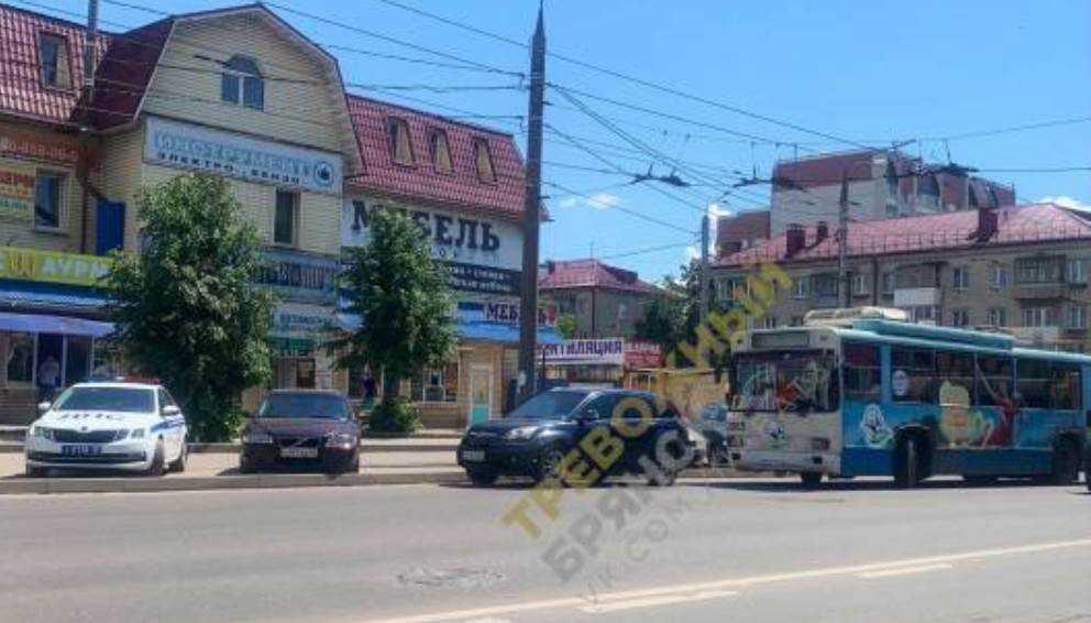 В Брянске возле Стальзавода столкнулись троллейбус № 9 и иномарка