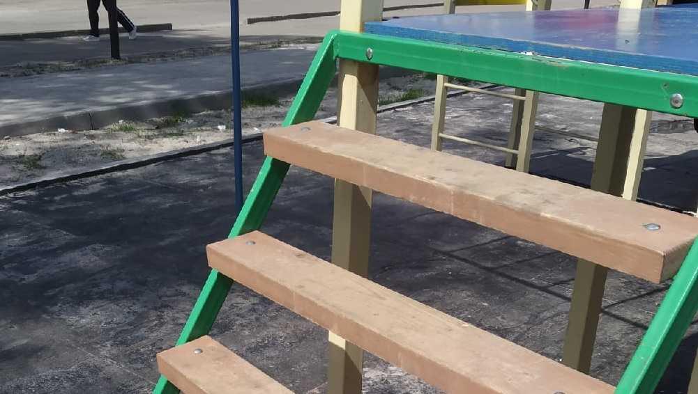 Жители Брянска пожаловались на опасную детскую площадку