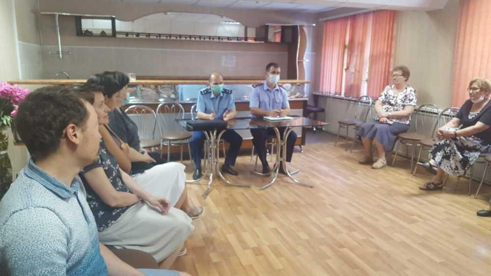 В Брянске прокурор и следователь рассказали работникам о КЗоТе и МРОТе