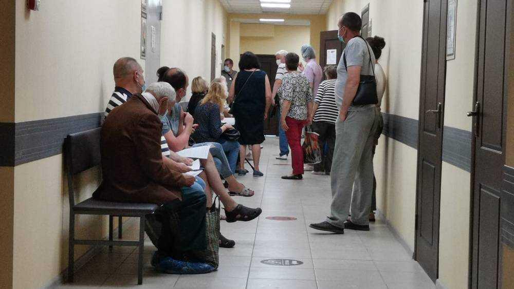 В Брянской области с 1 октября непривитых сотрудников могут отстранить от работы
