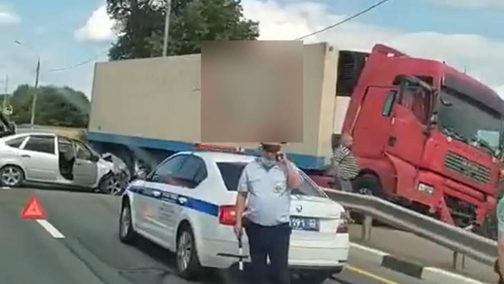 На брянской трассе из-за взорвавшейся шины фура врезалась в легковушку