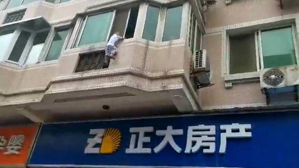Прохожие поймали шторой выпавшего из окна ребенка