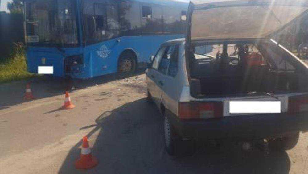 В Брянске при столкновении автомобиля ВАЗ и автобуса №9 ранены 4 человека