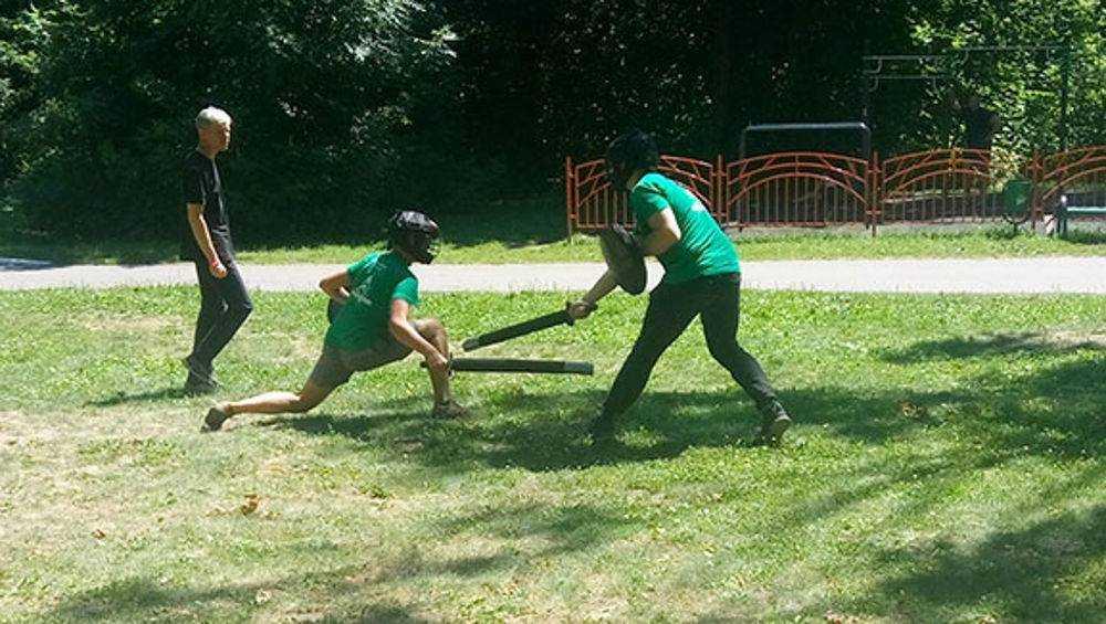 В парке брянские школьники провели рукопашные схватки и бои на мечах