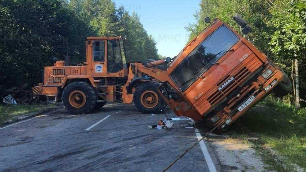 В Дятьковском районе на сельской дороге опрокинулся грузовой «КамАЗ»