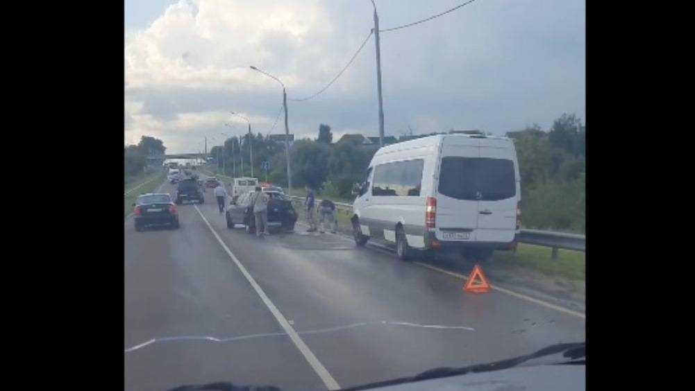 Под Брянском на объездной дороге столкнулись маршрутка и легковой автомобиль