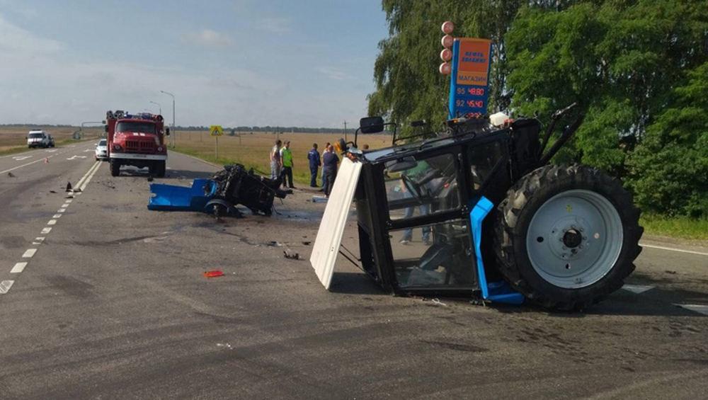 В Севском районе попавшая под трактор автомобилистка сломала челюсть и плечо
