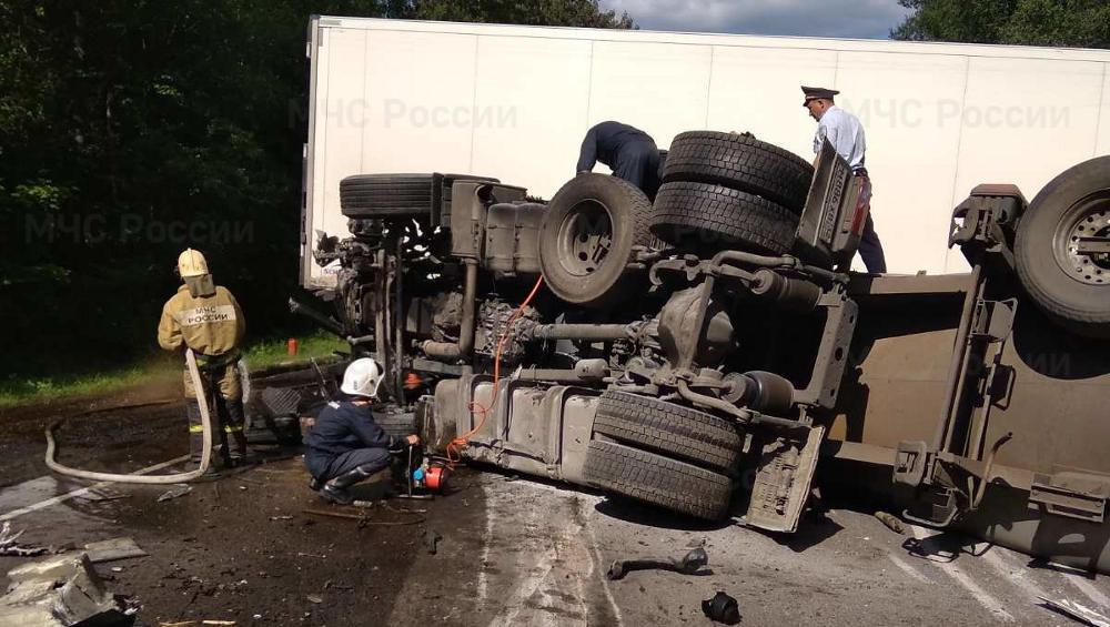 Под Брянском при столкновении трех грузовиков пострадал один человек